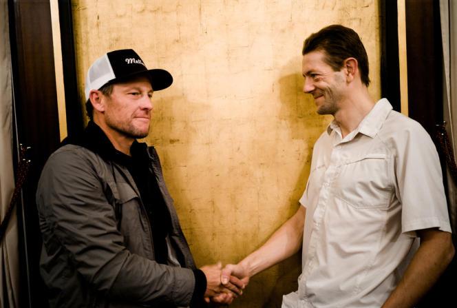 Rencontre entre Lance Amstrong et Christophe Bassons à Paris dans un restaurant des Champs Elysées, le 6 décembre.