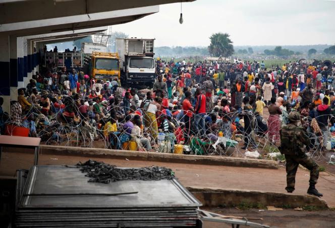 Des déplacés dans l'aéroport de Bangui, le 6 décembre.