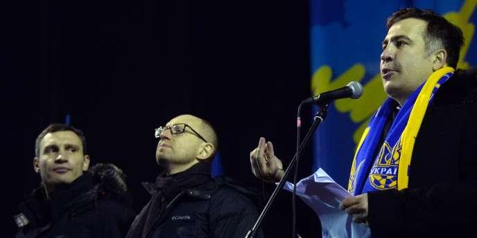 Mikheïl Saakachvili entouré des leaders de l'opposition Vitali Klitschko (à gauche) et Arseniy Yatsenyuk.