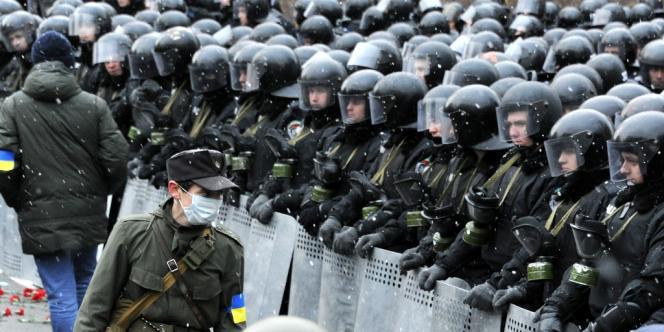 Des policiers gardent les bureaux du président ukrainien, Viktor Ianoukovitch, dimanche 8 décembre.