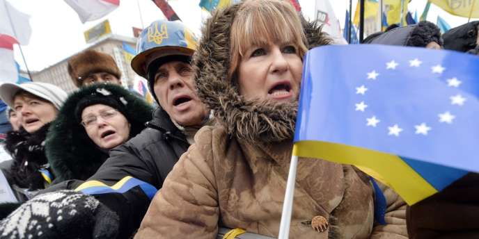 Plusieurs centaines de milliers d'opposants pro-européens se sont réunis dimanche 8 décembre à Kiev pour demander la démission du président Ianoukovitch.