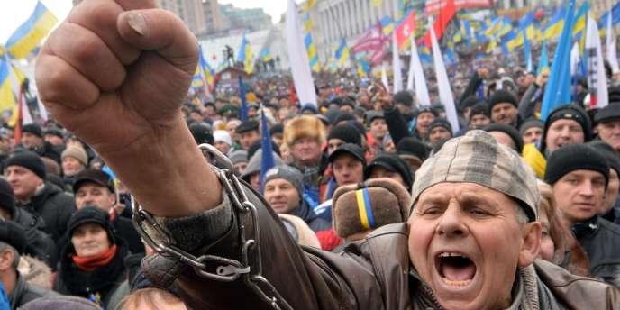 Des manifestants en faveur du rapprochement de l'Ukraine avec l'Union européenne sur la place de l'Indépendance à Kiev, dimanche 8 décembre.