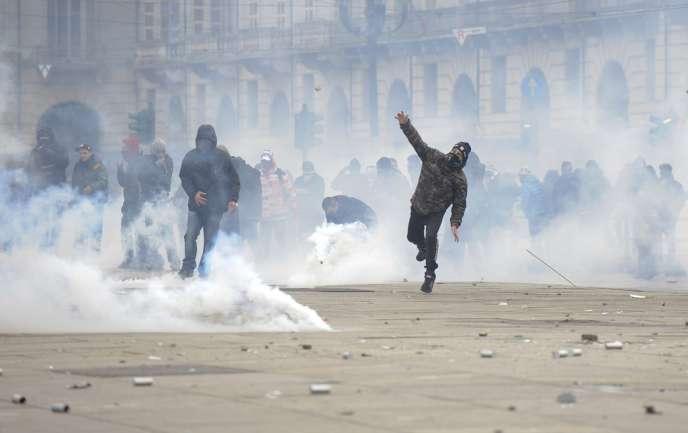 C'est à Turin que les manifestants se sont montrés les plus virulents, conduisant à la paralysie de la ville.