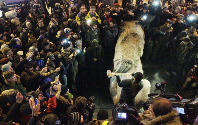 Une statue de Lénine déboulonnée à Kiev, en Ukraine, par les manifestants, le 8 décembre.