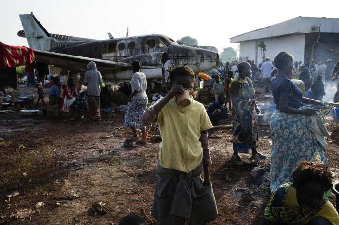 A Bangui, le 8 décembre. Près de 10 000 personnes (majoritairement chrétiennes) craignant les affrontements entre soldats de l'ex-Seleka et milices anti-Balaka venues attaquer la capitale sont allées se réfugier près de l'aéroport.