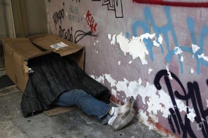 Un sans-abri, dans les rues d'Athènes, le 6 décembre 20313.