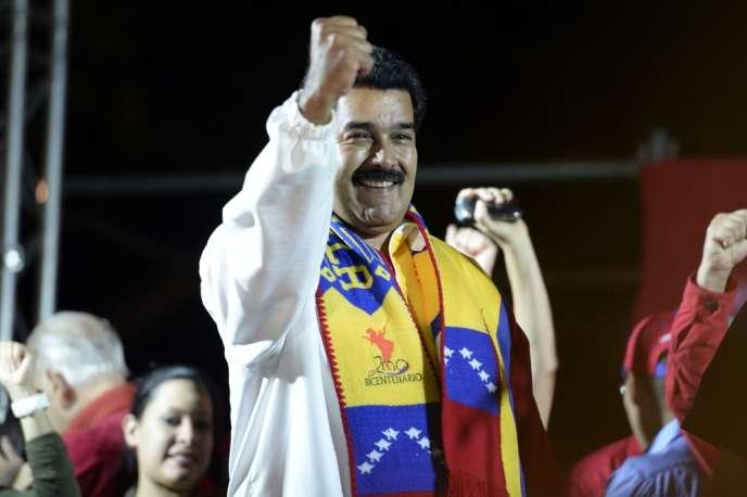le président Nicolas Maduro fête la victoire de son parti avec ses partisans, le 8 décembre à Caracas.