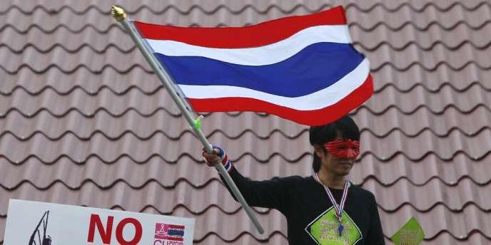 Un manifestant proteste contre le pouvoir en place à Bangkok, lundi 9 décembre 2013.
