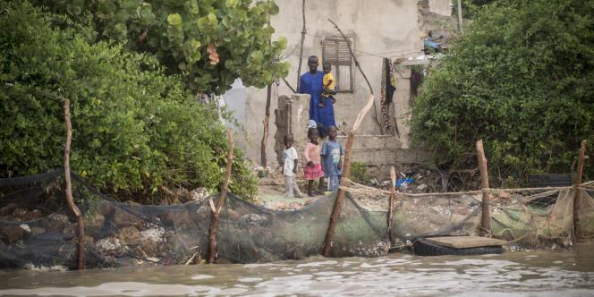 Le village de Pilote Barre est en sursis, ses habitants tentent de le protéger de la montée des eaux avec des pierres et des pneus.