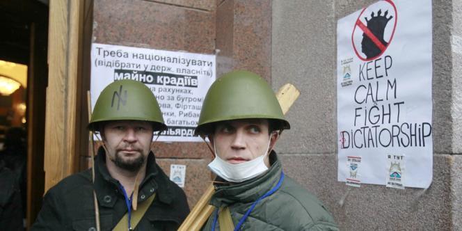 Dans la mairie de Kiev, occupée depuis le 1er décembre, il ne reste que des jeunes hommes casqués, armés de bâtons. Certains sont des militants ultranationalistes.