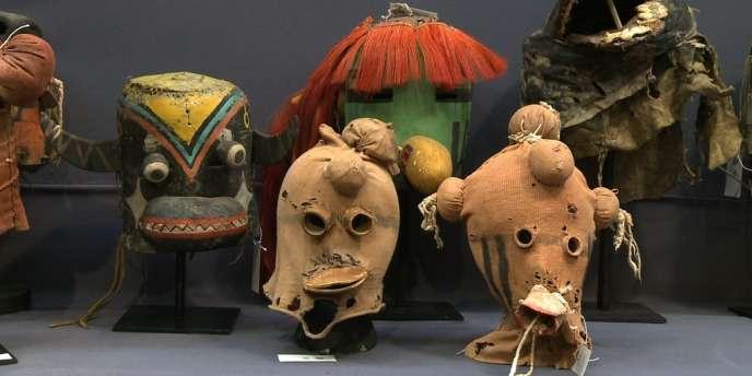 Des masques des Indiens hopis et Apaches San Carlos se sont vendus lundi à l'hôtel des ventes Drouot à Paris.