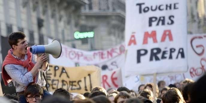Entre 2 500 et 5 000 enseignants et élèves de classes préparatoires aux grandes écoles ont manifesté lundi à Paris contre le projet de réforme modifiant leurs conditions de travail.