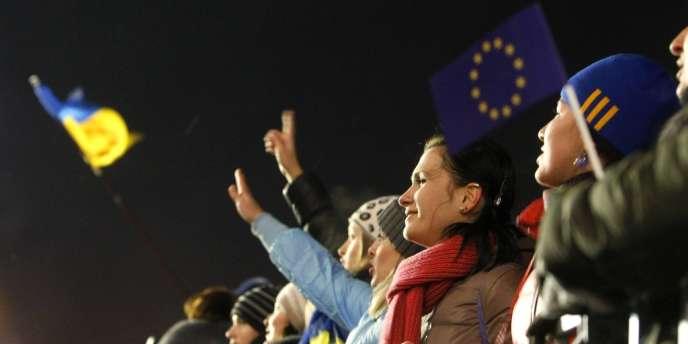 A Kiev, le 8 décembre. A l'issue du rassemblement, les chefs de l'opposition ont enjoint leurs militants à bloquer l'intégralité du quartier des administrations.