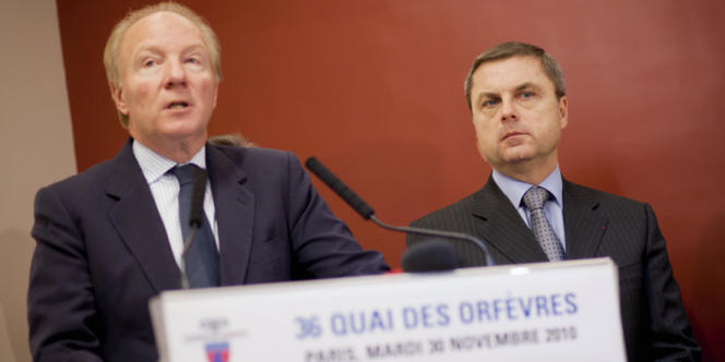 Brice Hortefeux, alors ministre de l'intérieur, et Christian Flaesch, directeur de la police judiciaire parisienne, au 36, quai des Orfèvres, siège de la Police judiciaire.
