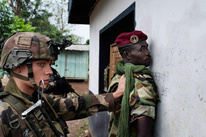 Des soldats français à Bangui lors du début du désarmement des milices. Un soldat de l'ex-Séléka est contrôléŽ lors de l'opéŽration