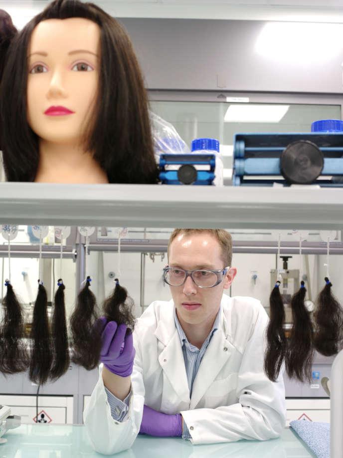 Au Centre mondial de recherche capillaire, créé en mars 2012, à Saint-Ouen (Seine-Saint-Denis), on élabore des formules chimiques pour la cosmétique.