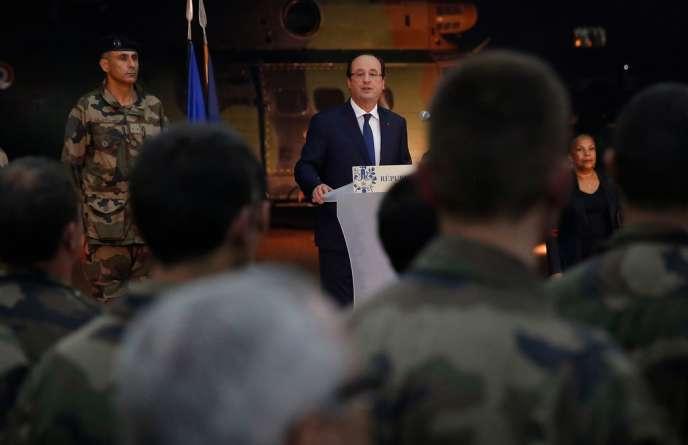 François Hollande s'est exprimé devant les troupes françaises à son arrivée à Bangui, mardi 10 décembre.