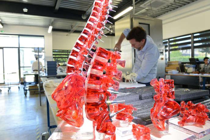Un ingénieur chez Medicrea, une PME lyonnaise qui fabrique des implants orthopédiques.
