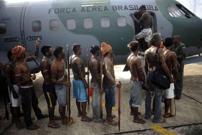 Des Indiens Munduruku embarquent à bord d'un appareil de l'armée de l'air brésilienne pour se rendre à Brasilia pour des discussions avec le gouvernement sur le barrage de Belo Monte, le 4 juin 2013.