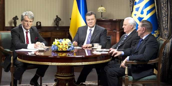 Victor Ianoukovitch et trois de ses prédecesseurs à la présidence ukrainienne, le 10 décembre à Kiev.