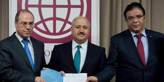 Le ministre israélien de l'eau, Sylvan  Shalom (à g.), le ministre jordanien de l'eau et de l'irrigation, Hazem El-Nasser (au centre), et le responsable de l'eau auprès de l'Autorité palestinienne, Shaddad Attili, posent le 9 décembre après la signature d'un accord sur la construction d'un système de pompage dans la mer Rouge.