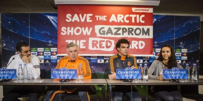 Greenpeace a réussi à déployer une banderole à la conférence de presse du Real à Copenhague le 9 décembre.