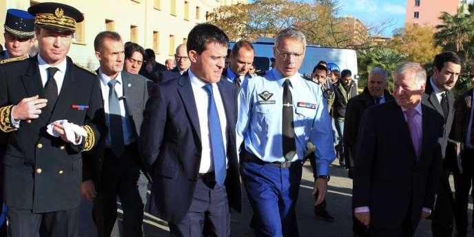 Le ministère de l'intérieu, a annoncé la création de 16 nouvelles zones de sécurité prioritaires, portant leur nombre à 80 – ici Manuel Valls le 7 décembre en visite à la gendarmerie d'Ajaccio en compagnie du préfet de Corse-du-Sud, Christophe Mirmand.