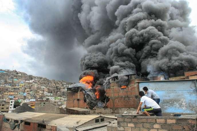 Le nuage toxique, qui s'échappe d'un local de pneus, a blessé des dizaines d'habitants.