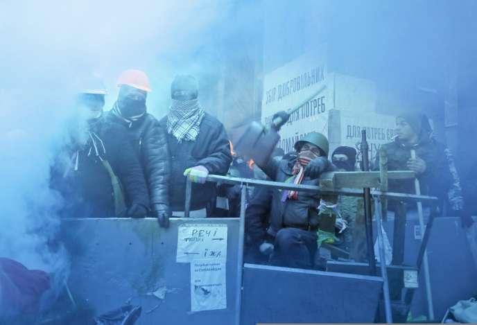 Les manifestants ont résisté aux assauts de la police, mercredi matin.
