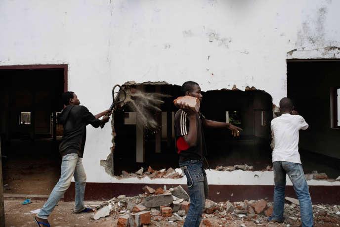 Des hommes mettent le feu et pillent une mosquŽée dans le quartier Fou après les affrontements entre soldats de l'ex-Séléka et les milices anti-Balaka venues prendre Bangui.