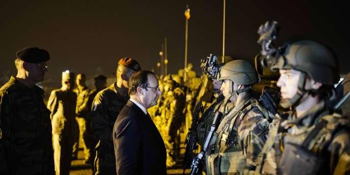 Sur le tarmac de l'aéroport M'poko de Bangui le mardi 10 décembre, François Hollande, passe en revue les soldats de l'opération Sangaris après la mort de deux d'entre eux.