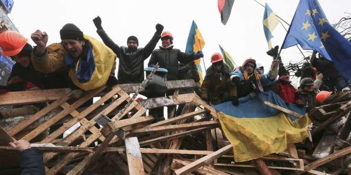 La police a renoncé à déloger les occupants de la mairie de Kiev et a quitté la place, toujours occupée par des milliers de manifestants.