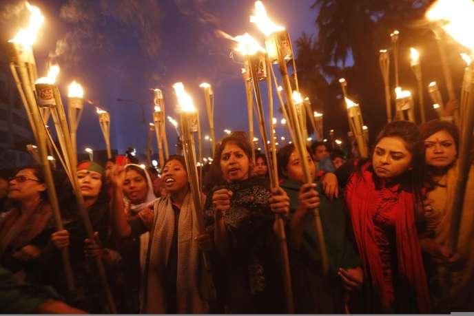 Des manifestantes se sont réunies, le 12 décembre, pour célébrer la décision de la Cour suprême de valider la condamnation à mort d'Abdul Quader Mollah.
