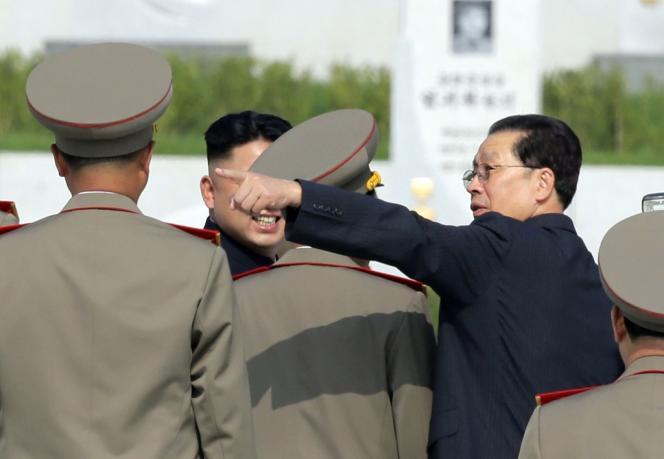 Jang Song-taek (à gauche), lors d'une cérémonie célébrant le soixantième anniversaire de fin de la guerre de Corée, le 25 juillet.