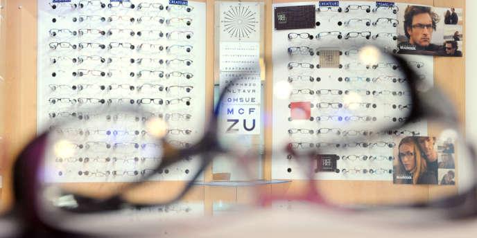 Dans la boutique d'un opticien parisien, en avril 2008.