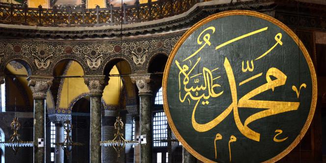 L'intérieur de Sainte-Sophie, à Istanbul. Des panneaux portant les noms d'Allah et du prophète Mahomet ont été accrochés pour le 500e anniversaire de la Conquête, en 1953.