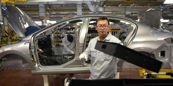 Un ouvrier sur la chaîne de montage de la joint-venture Dongfeng-PSA à Wuhan, dans la province chinoise de Hubei le 7 décembre 2013.