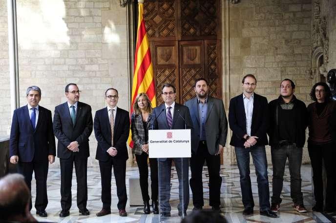 Artur Mas (au centre), accompagné des autres membres du gouvernement régional catalan, le 12 décembre à Barcelone.