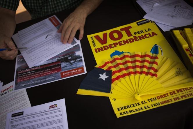 Des Catalans signent une pétition pour l'indépendance, le 20 octobre près de Barcelone.