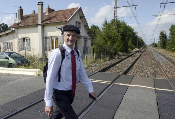 Jean Lassalle marche près de Corcelles-en-Beaujolais (Rhône), le 9 août 2013.