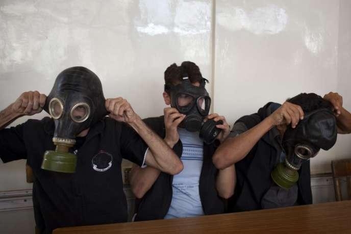 Démonstration dans une classe à Alep pour apprendre à se protéger en cas d'attaque à l'arme chimique, en septembre.