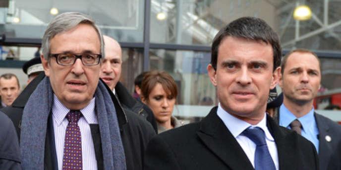 Francis Chouat et Manuel Valls, devant la gare d'Evry-Courcouronnes, le 27 mai.