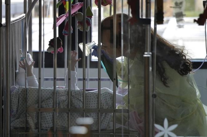 Une infirmière s'occupe d'un enfant malade, le 25 novembre 2013 à Bruxelles.