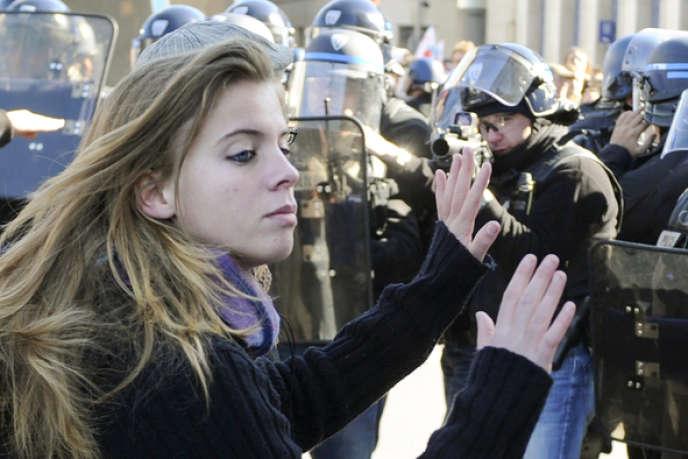 Une lycéenne durant les manifestations contre la réforme des retraites en 2010.