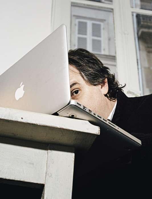 Alexandre Jardin dans son bureau du 17e arrondissement parisien, le 18 novembre 2013.
