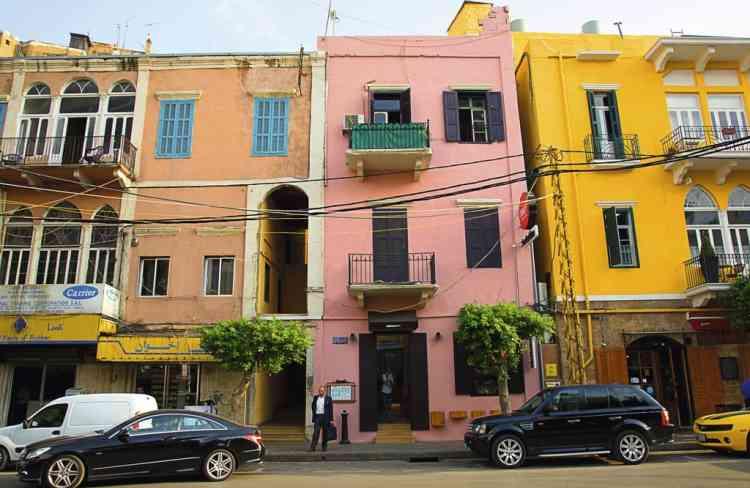 """Errer dans le dédale  de Mar Mickael""""La ville est chaotique. Parfois, il y a à peine un trottoir sur lequel marcher. Pourtant, c'est en s'y perdant à pied qu'on la connaît le mieux. Traverser le quartier de Mar Mikhael, par exemple, donne une image exacte de ce qu'est Beyrouth aujourd'hui. Les mécaniciens y côtoient cafés et galeries d'art. Et certains lieux valent particulièrement le détour, comme l'immeuble de l'Electricité du Liban. De l'extérieur, son architecture très moderniste des années 1960 a quelque chose de bizarre. A l'intérieur, la déco semble tout droit sortie des années 1970, tout comme ses employés !"""" Photo: Dalia Khamissy pour M Le magazine du Monde"""