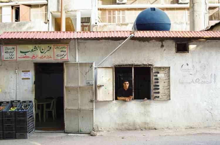 """Croquer une pizza  au thym dès le matin""""Les petits déjeuners libanais sont riches, copieux et très dépaysants, mais si on veut les apprécier sans prendre  des heures, c'est dans une pizza au thym qu'il faut croquer de bon matin. ça, c'est le vrai goût de Beyrouth ! La ville regorge de vendeurs ambulants, sinon on peut aussi se rendre à la boulangerie du Peuple, à l'heure de la première fournée."""" Photo: Dalia Khamissy pour M Le magazine du Monde"""