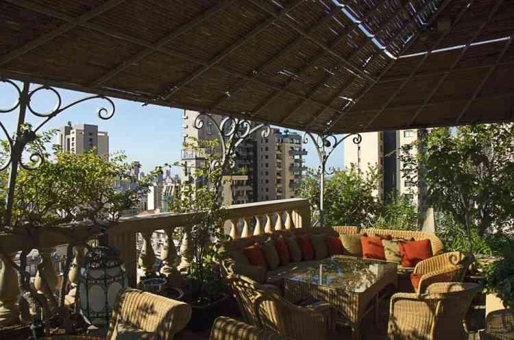 """Grimper sur le toit  de l'Albergo""""L'une des façons de bien connaître Beyrouth, c'est de côtoyer des locaux, être invité chez eux ou essayer de s'introduire sur leurs terrasses - qu'ils se partagent - avec vue plongeante sur la ville. Mais si on ne connaît pas Leila, Jumana, Dani ou Rania, on peut toujours prendre un verre sur la terrasse de l'Hôtel Albergo, en admirant la ville et ses terrasses installées sur les toits."""" Photo: Dalia Khamissy pour M Le magazine du Monde"""
