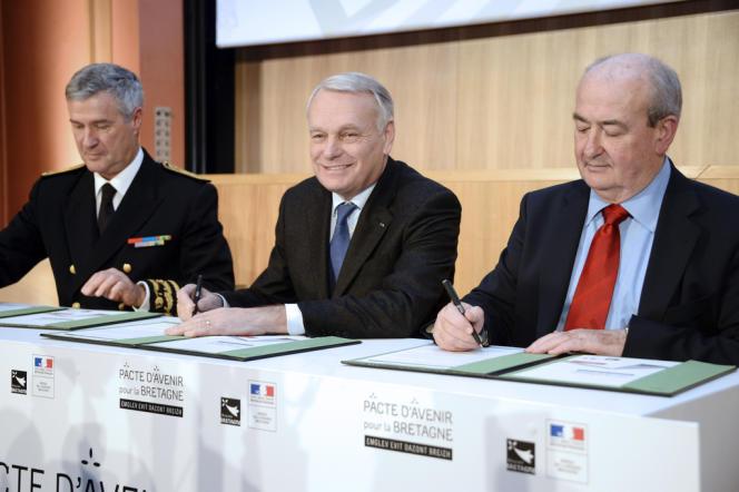 Jean-Marc Ayrault signe le