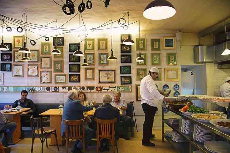 Goûter à la magie  du Tawlet«Le restaurant Tawlet ne doit pas excéder les 50 mètres carrés et mêle tout ce qui fait la magie de Beyrouth. C'est un endroit à part où chaque jour, derrière le comptoir de la cuisine ouverte, sont proposés des produits du marché. Côté salle, le mélange est de mise autour des grandes tables : un banquier voisine avec des journalistes à la recherche d'exotisme, des jeunes rappeurs avec  des dames bourgeoises qui découvrent  le quartier de Souk el Tayeb pour  la première fois.» Photo: Dalia Khamissy pour M Le magazine du Monde